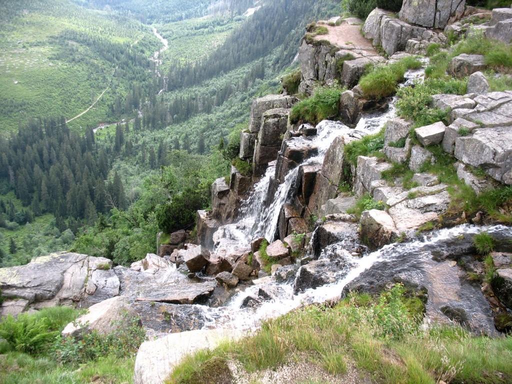 Természeti szépségekben bővelkedő túrára hívjuk a középhegységek felső régióiban vezető túrák kedvelőit. Élményekkel teli napok várnak ránk az Óriás-hegységben, Lengyelország déli részén, melynek során bejárjuk a hegység legszebb túraútvonalait, megmásszuk legmagasabb csúcsát, végigjárjuk a főgerinc legnépszerűbb szakaszát, megnézzük legszebb tavait és vízeséseit.