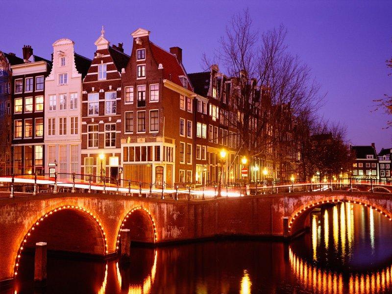 Amsterdam (Amszterdam) városlátogatás hallatán mindenkinek az utazás jut eszébe... Maga a város is rengeteg élménnyel szolgál az odalátogatóknak - minden téren... bár Amszterdam időjárása gyakran változékony. A csatornák között sétálgatva egy különleges világ tárul elénk, melynek hangulata garantáltan magával ragadja a turistát... A városlátogató program tetszőleges indulási nappal és időtartamra foglalható. Utazás, körutazás, városlátogatás, hosszú hétvége: Amsterdam mindig ideális utazási célpont!