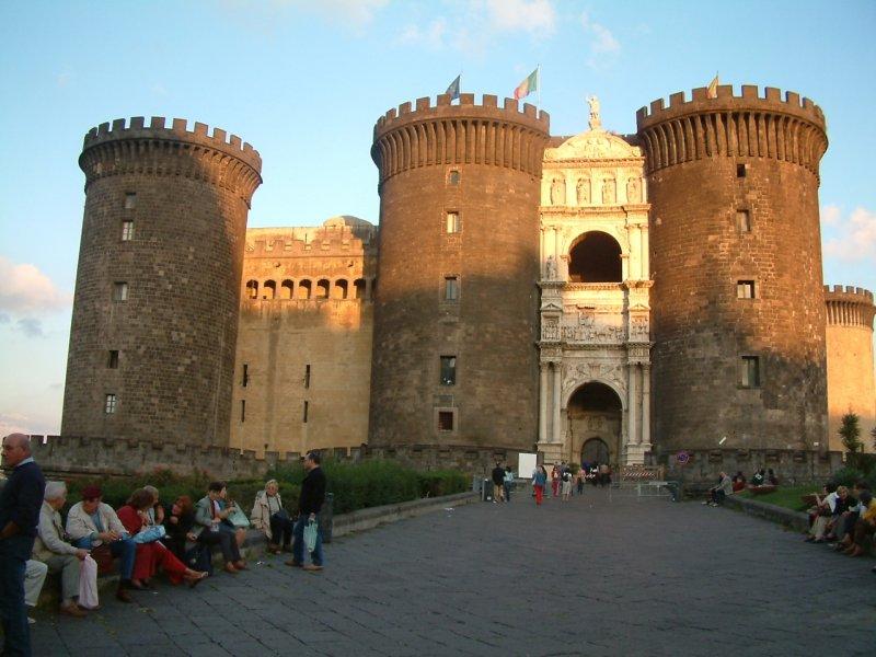 Nápoly és környéke évről évre egy több turistát vonz. A város látnivalói, a közeli Vezúv valamint Pompei romvárosa életre szóló élményt jelentenek mindenkinek, nem beszélve a közeli Amalfi partszakaszról vagy éppen Sorrentoról...