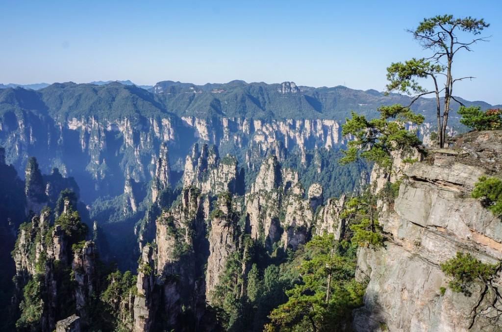 Hongkong és Kanton tízmilliós megapoliszai után, csendesebb vizekre evezünk, a kínai képeslapok állandó szereplője a Li-folyó és környéke kerül felfedezésre. Ezek után a Guilin-ben található Ludiyan-barlagok látnivalóit is felülmúlva, egy további szenzációt tartogatunk: a Zhangjiajie nemzeti parkban látható kvarc-homokkő oszlopok akár 1000 méteres magasságba is tornyosulhatnak, amelyek lélegzetelállító látványa ihlette az Avatar lebegő szikláinak megjelenítését. Az adrenalinfüggők az ottani Grand Canyon-on átívelő üveghíd teszi próbára bátorságát. Végezetül visszatérünk a 21 századba, Sanghajban tölthet még egy feledhetetlenül színes napot a csoport.