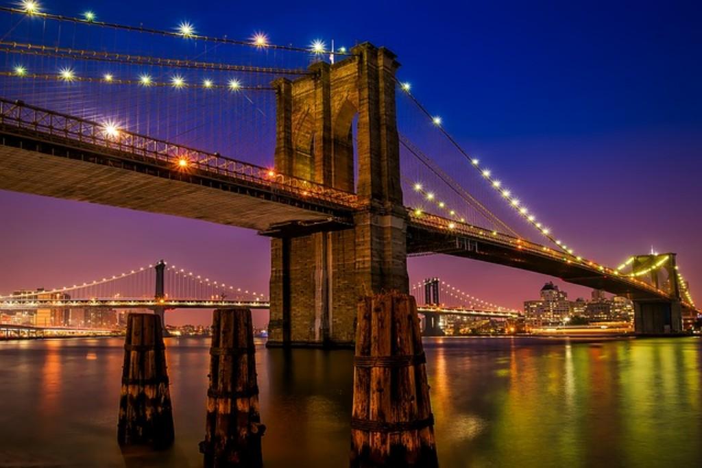 New York varázslatos világa, felhőkarcolói és ikonikus látnivalói a világ minden tájáról vonzzák a turistákat. A város panorámája a Hudson folyóról és az Empire State Building tetejéről, a híres Central Park, vagy épp a Times Square forgataga – csak néhány az amerikai főváros kihagyhatatlan látnivalói közül.