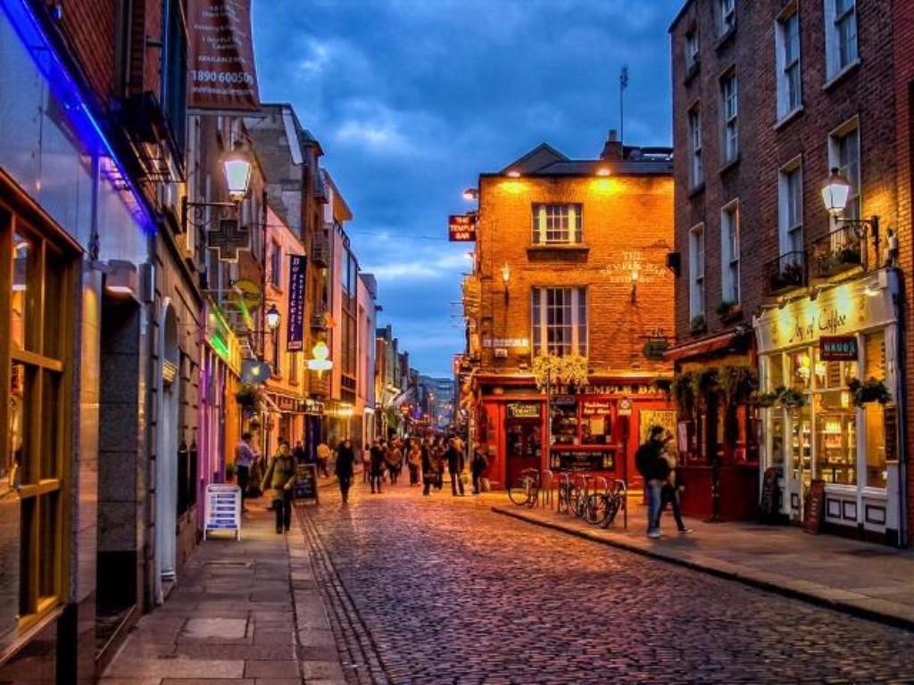 4 napos városnézés Dublinban *** egyénileg: Miért éppen Dublin? Azért, mert a levegőben a sörfőzdék, a vidámság és a történelem illata úszik, az ír temperamentum legendás, a Guinnes sör helyben van, a pub-ok világhírűek, a környező táj pedig páratlanul gyönyörű. A kissé szeles és néha hűvös időjárással bíró, de azért napsütéses hajdan viking királyi város tárt karokkal és nagy vendégszeretettel várja látogatóit. A néhány napos látogatás alatt feltétlenül érdemes ellátogatni a dublini várhoz, a Szent-Patrik székesegyházhoz, a Trinity kollégiumhoz, levezetés gyanánt pedig szinte kötelező egy pub-an belekóstolni a helyi gasztronómiai remekekbe a Temple Bar negyedben.