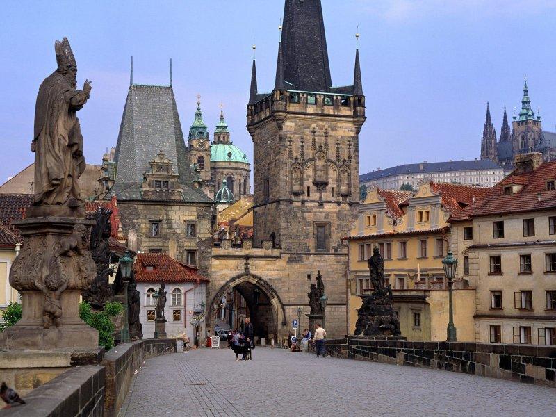 Prága városlátogatás programunk során felfedezheti Ön is Közép-Kelet-Európa egyik ékkövét. Prága látnivalói minden évszakban más arcukat mutatják a turistának... A Hradzsinban, az Óváros téren vagy éppen a Vencel téren, a városnézés után jól esik megbeszélni az élményeket egy hangulatos kis kocsmában néhány korsó sör és egy tányér káposztás knédli mellett...