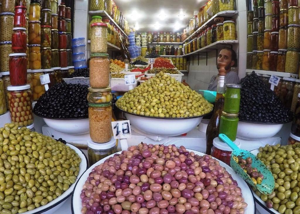 4 napos városnézés *** Marrakesh: A régmúlt idők és a modern világ varázslatos elegyével várja nagy szeretettel Észak – Afrika nyugati országa, Marokkó a kíváncsi látogatóit. A néhány napos városnézés során Marrakesh-ben lehetőség nyílik átsétálni a mesemondók, kígyóbűvölők, mutatványosok, majomidomárok jelenlétével tarkított mágikus bazáron, ellátogatni a számtalan mecsetek egyikébe, miközben utcai árusoktól vásárolt kulináris élményekkel is gazdagodhatunk. A világörökség részeként számon tartott királyi várost, melyet építészeti stílusa miatt a vörös városként is emlegetnek, minden utazó kalandornak egyszer az életben látnia kell.