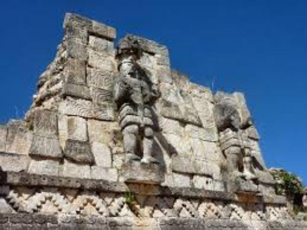 A Yucatan-félsziget az egyik legnépszerűbb és legbiztonságosabb célpont Mexikóban. Itt egy helyen megtalálhatóak a gyönyörű koloniális városok, a kulturális látnivalók, és a rejtélyes ugyanakkor lenyűgöző civilizáció, a Maya és Tolték kultúra emlékei, a maya romvárosok, és maya piramistemplok, és megannyi máig fennmaradt kultúrális és vallási emlékhely.